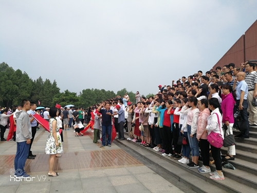 泰安二中全体党员在孟良崮战役纪念馆举行重温入党誓词宣誓仪式